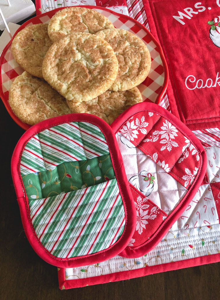 How to Sew a Hot Pad with Pockets by top US sewing blog Ameroonie Designs. Image of: hot pads with cookies.